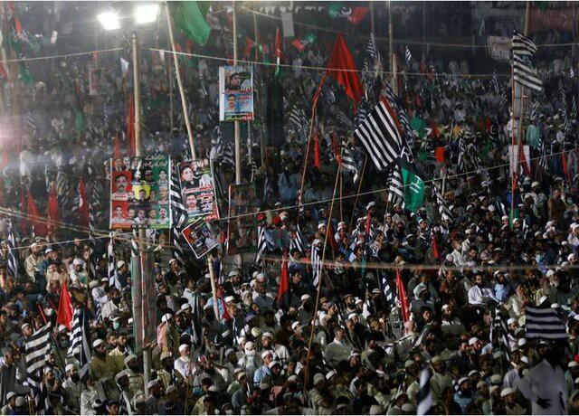 تظاهرات ده ها هزار پاکستانی علیه عمران خان